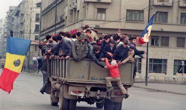 Civili romeni a Bucarest durante la fine della rivoluzione anti-Ceausescu, dicembre 1989. (Foto: JOEL ROBINE/AFP/Getty Images).