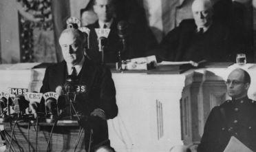 """Il presidente Usa F. D. Roosevelt al Congresso mentre pronuncia il cosiddetto """"Infamy Speech"""" sull'attacco giapponese a Pearl Harbor.  (Foto: Fox Photos/Getty Images)."""
