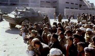 Prigionieri afghani durante l'invasione sovietica del 1979 (Foto: HANS PAUL/AFP/Getty Images).