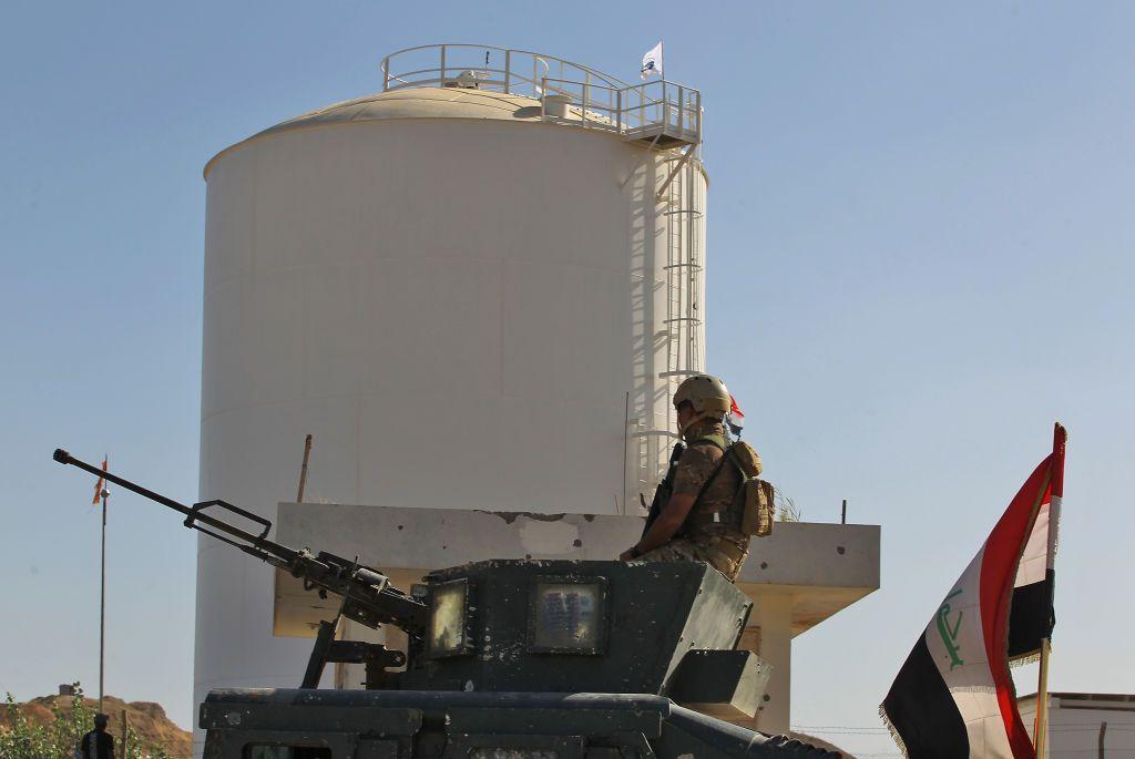 Le forze del governo iracheno fanno la guardia a un pozzo petrolifero a Kirkuk, ottobre 2017. (Foto di: AHMAD AL-RUBAYE/AFP/Getty Images)