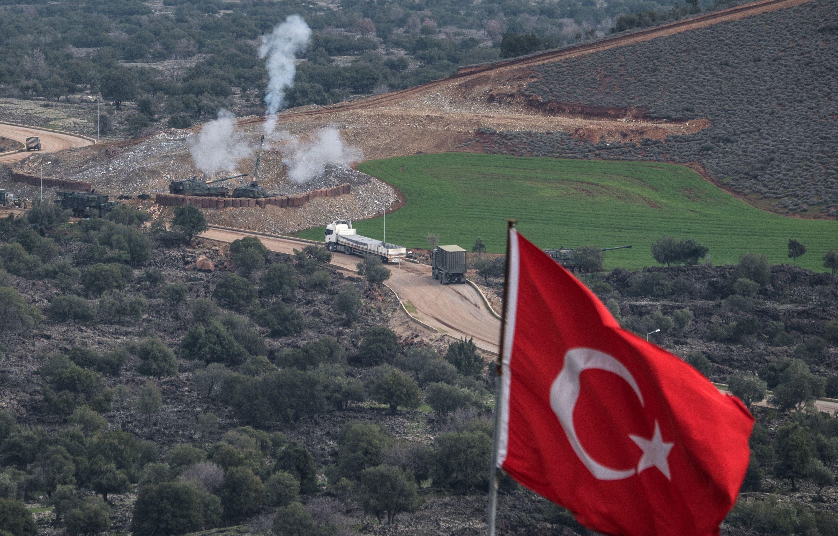 """L'artiglieria truca bombarda le posizioni del YPG il 21 gennaio, quale parte di un'offensiva contro le milizie curde rinominata """"Operazione ramo d'ulivo"""". (Foto di: BULENT KILIC/AFP/Getty Images)"""