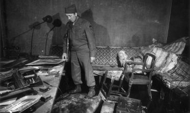 Un soldato americano nell'ufficio di Adolf Hitler all'interno del bunker sotto il giardino del palazzo della Cancelleria, maggio 1945 (Foto: Haacker/Hulton Archive/Getty Images).