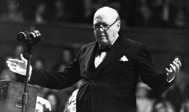 Winston Churchill durante un convegno organizzato dalla Conservative Women's Organisation nel maggio del 1954 (Foto: Keystone/Getty Images).