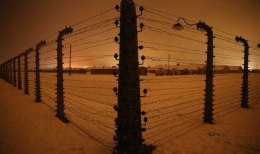 Filo spinato nel campo di concentramento di Birkenau (Auschwitz II), uno dei tre campi del complesso di Auschwitz, oggi. (Foto: Sean Gallup/Getty Images).