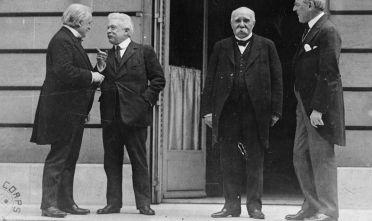 Da sinistra: il primo ministro britannico Lloyd George, il primo ministro italiano Vittorio Emanuele Orlando, il primo ministro francese Clemenceau e il presidente Usa Woodrow Wilson a Parigi durante la Conferenza di Pace, 1919. (Foto: Lee Jackson/Topical Press Agency/Getty Images).