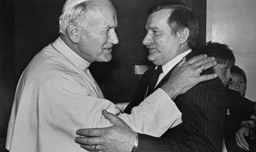 Lech Wałęsa e Giovanni Paolo II in un incontro negli anni Ottanta (Foto: ARTURO MARI/AFP/Getty Images).