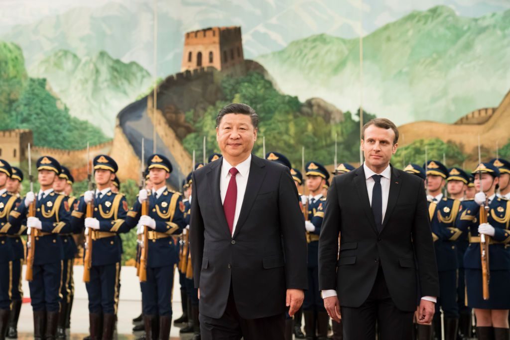 BEIJING, CHINA - JANUARY 09:  Chinese President Xi Jinping accompanies French President Emmanuel Macron to view an honour guard during a welcoming ceremony inside the Great Hall of the People on January 9, 2018 in Beijing, China. At the invitation of Chinese President Xi Jinping, President of the French Republic Emmanuel Macron will pay a state visit to China from January 8th to 10th.  (Photo by Lintao Zhang/Getty Images)