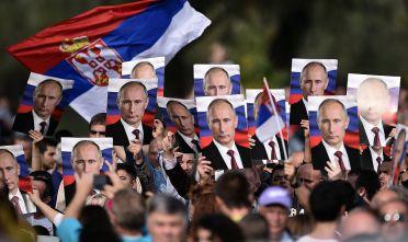 Nazionalisti serbi sventolano poster raffiguranti Valdimir Putin, in segno di supporto al leader russo. Foto di: ANDREJ ISAKOVIC/AFP/Getty Images