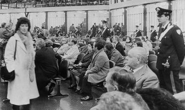 Prima udienza del Maxiprocesso nel bunker in cui si svolse il processo nel carcere di Ucciardone, con tutti i 475 imputati presenti in aula, 10 febbraio 1986 (Foto: AFP/AFP/Getty Images).