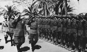 Il tenete generale Erwin Rommel a capo degli Afrikakorps ispeziona le truppe tedesche e italiane insieme al governatore libico (marzo-luglio '41) Italo Gariboldi, primavera 1941. (Foto: Heinrich Hoffmann/Keystone/Getty Images).