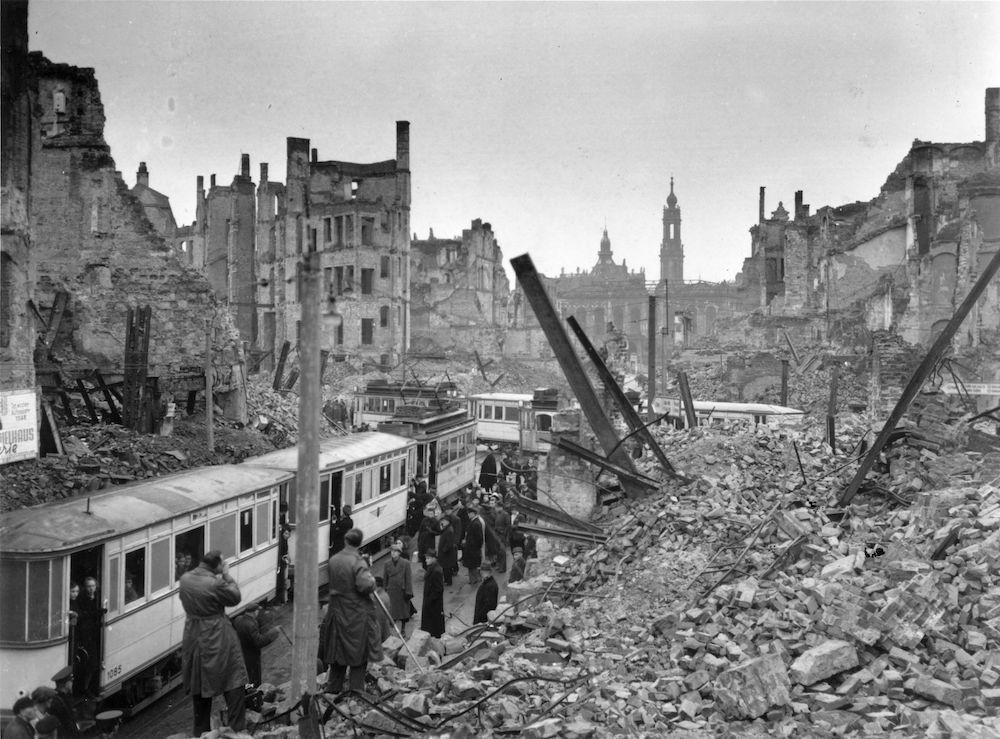 Le macerie di Dresda dopo i due giorni di bombardamento, 13-15 febbraio 1945 (Foto: Fred Ramage/Keystone Features/Getty Images).