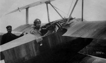 Un giovane Hermann Goering, capo della Luftwaffe dal 1935, a bordo di un caccia Fokker DR1, modello in disuso dopo la prima guerra mondiale.  (Foto: General Photographic Agency/Getty Images).