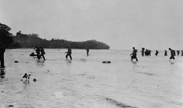 Marines americani lungo la costa di Guadalcanal, isole Salomone, 1942. (Foto: U.S. Navy/Getty Images).