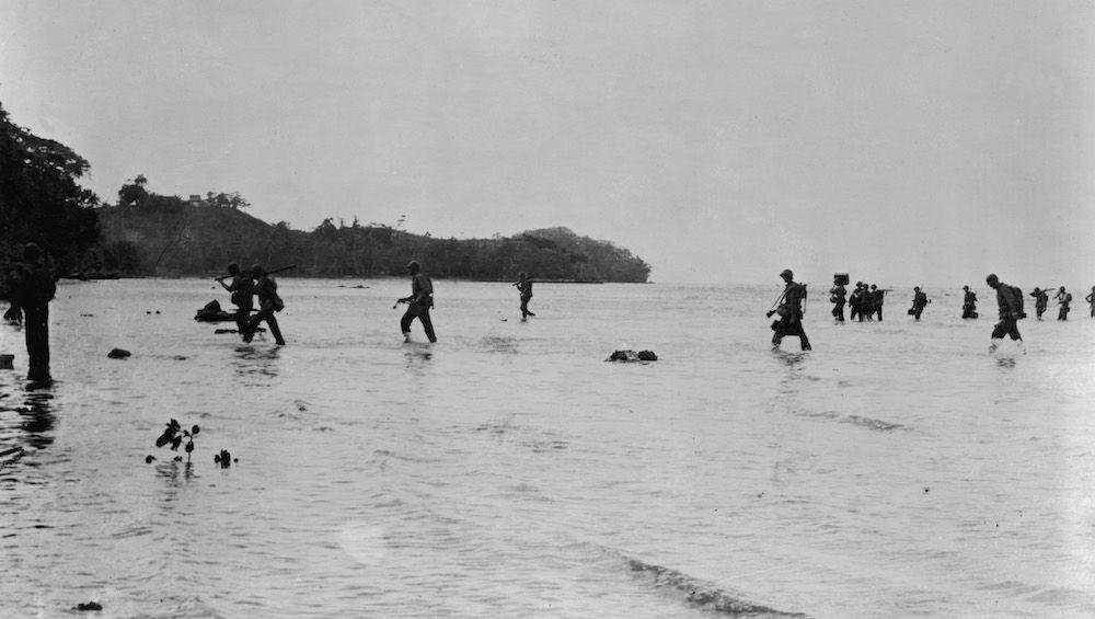 Marines americani lungo la costa di Guadalcanal, isole Salomone, 1942. (Foto: U.S. Navy/Getty Images).