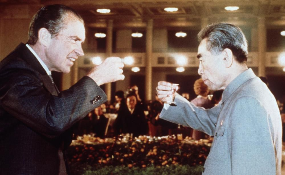 Il presidente Richard NIxon e il premier cinese Zhou Enlai brindano dopo la firma del Comunicato di Shanghai, febbraio 1972 (Foto: AFP/Getty Images).