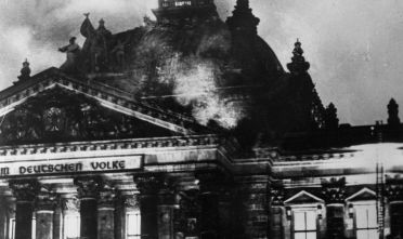 Il Reichstag in fiamme, 27 febbraio 1933.  (Foto: Fox Photos/Getty Images).