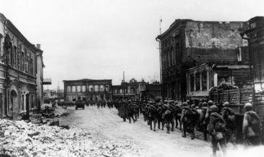 Rinforzi sovietici entrano a Stalingrado nelle ultime settimane di battaglia, gennaio 1943 (Foto: Keystone/Getty Images)