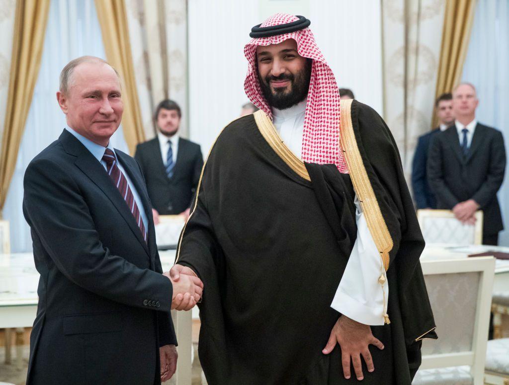Il presidente russo Vladimir Putin e l'erede al trono saudita Mohamed bin Salman durante il loro incontro a Mosca del maggio scorso. Foto di: PAVEL GOLOVKIN/AFP/Getty Images