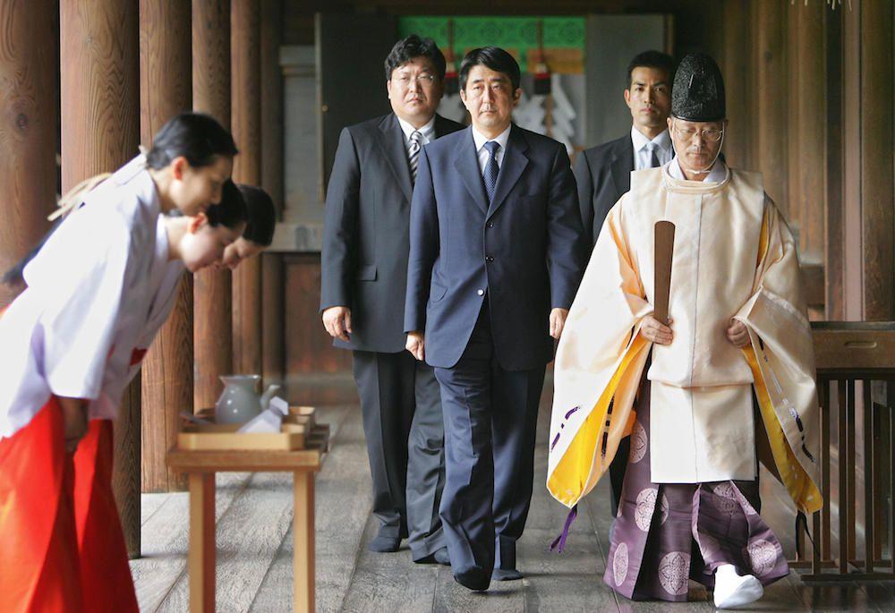 Il premier Abe Shinzo insieme a un prete scintoista durante una visita al santuario di Yasukuni Shrine nel 2005 (Foto: KAZUHIRO NOGI/AFP/Getty Images).
