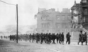 Truppe nazionaliste spagnole rientrano dal fronte. (Foto: Keystone/Getty Images).