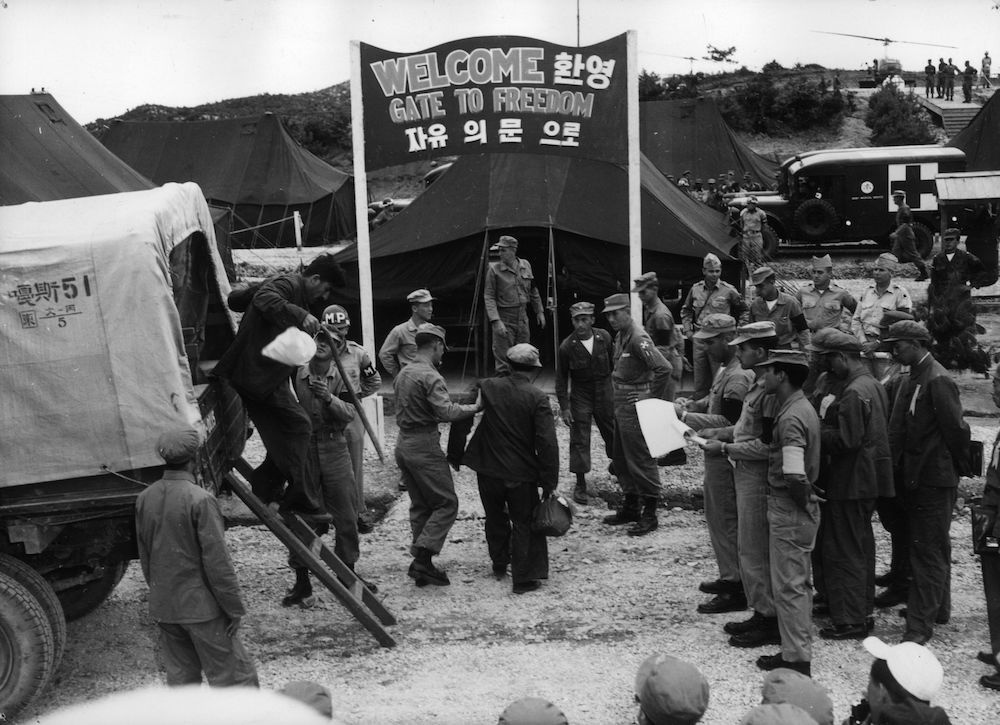 Guerra di Corea (1950-53): scambio di prigionieri tra l'esercito dell'Onu e l'esercito nordcoreano. (Foto: Central Press/Getty Images).