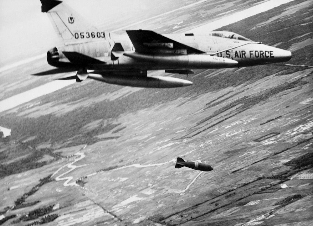 Un caccia F-100 americano sorvola e bomrbarda il territorio vientamita         (Foto: STF/AFP/Getty Images).