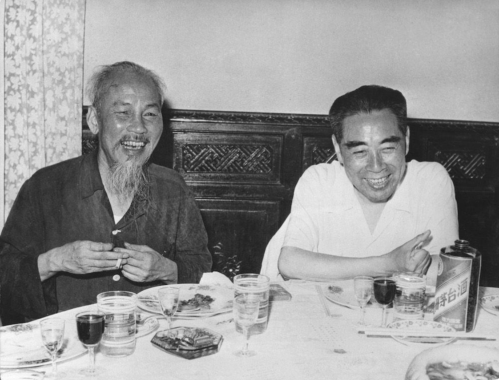 Il presidente nordvietnamita Ho Chi MInh (destra) insieme al premier cinese Zhou Enlai ad Hanoi nel 1960. (Foto: Three Lions/Hulton Archive/Getty Images).