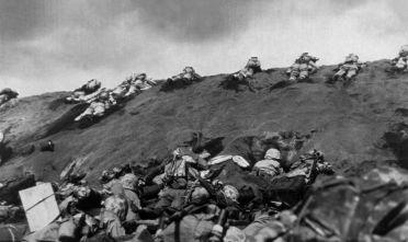 La quinta divisione dei Marines durante l'invasione della spiaggia di Iwo Jima, febbraio-marzo 1945  (Foto: Keystone/Getty Images).