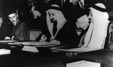 I delegati di Egitto, Arabia Saudita, Libano, Iraq, Siria e Transgiordania firmano la carta della Lega araba (Foto: Keystone/Getty Images).