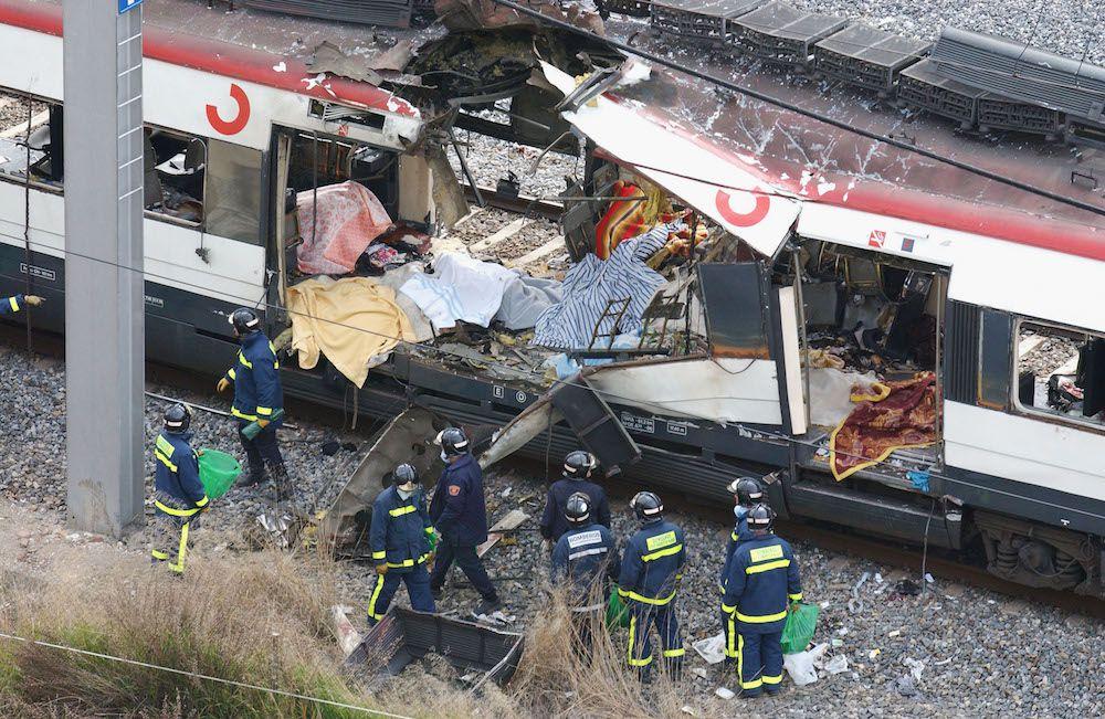 Uno dei treni devastati dagli attacchi terroristi di Madrid, 11 marzo 2004 (Foto: Stringer/Getty Images).