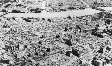 La città di Tokyo dopo il bombardamento alleato del 9 marzo 1945 (Foto: Keystone/Getty Images).