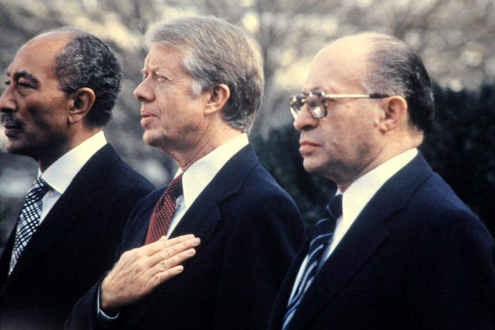 Il presidente egiziano Anwar al-Sadat, il presidente Usa Jimmy Carter e il premier israeliano Menachem Begin a Camp David, 1978 (Foto: Getty Images).