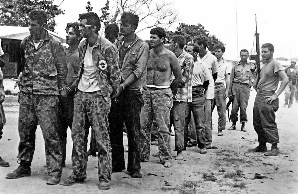 Un gruppo di controrivoluzionari cubani della Brigata d'Assalto 2506 catturati dalle forze castriste dopo la fallita invasione della Baia dei Porci (Foto: MIGUEL VINAS/AFP/Getty Images).