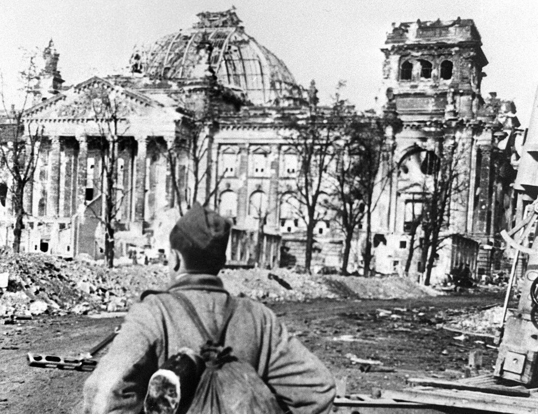 Un soldato sovietico di fronte le rovine del Reichstag, maggio 1945. (Foto: MOROZOV/AFP/Getty Images).