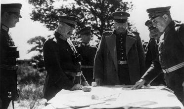Erich Ludendorff (a sinistra) e Paul von Hindenburg durante una scena del film Tannenberg del 1932, sull'omonima battaglia della prima guerra mondiale (Foto: Hulton Archive/Getty Images).
