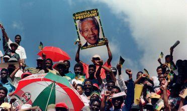 Sostenitori del Congresso Nazionale Africano manifesano per le strade di  Mmabatho il 15 marzo 1994, un mese e mezzo prima delle elezioni generali di aprile (Foto: WALTER DHLADHLA/AFP/Getty Images).