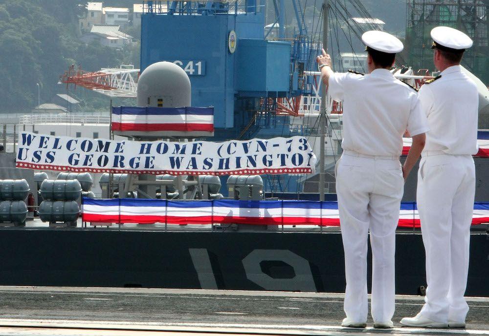 La portaerei a propulsione nucleare Uss George Washington mentre attracca nella base navale di Yokosuma il 25 settembre 2008, unica portaerei Usa con base permanente all'estero (Foto: Junko Kimura/Getty Images).