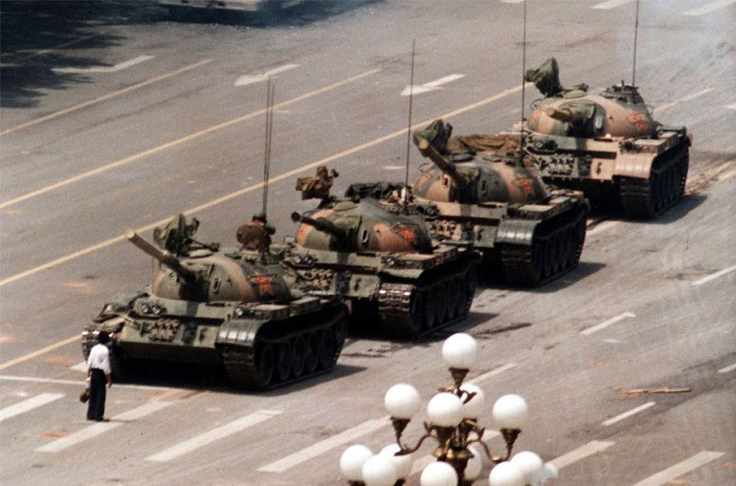 piazza Tiananmen: un manifestante si mette davanti ai carri armati. Foto © Jeff Widener, Associated Press tratta da Wikipedia