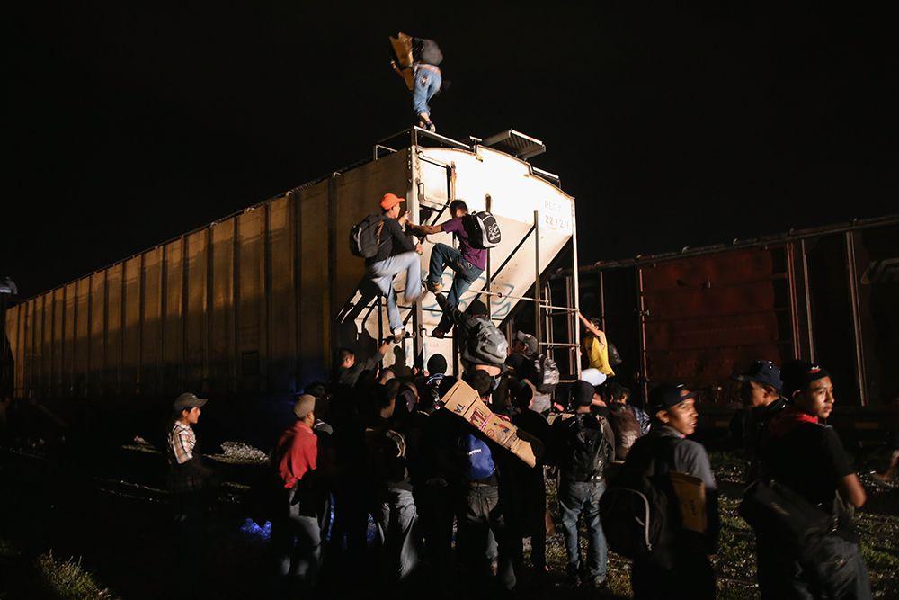 """Migranti centroamericani montano su un treno merci (""""bestia"""") a Arriaga, Messico, per poi tentare du procedere verso il confine statunitense. Foto di: John Moore/Getty Images"""
