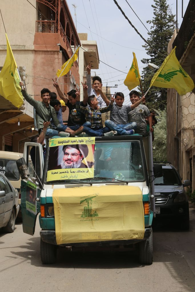 Sostenitori di Hezbollah  a Baalbeck, nella valle della Bekaa vicino al confine con la Siria, 6 maggio 2018. Foto di: HAITHAM EL-TABEI/AFP/Getty Images