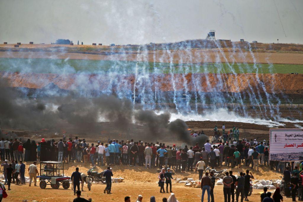 Gas lacrimogeni vegono lanciati contro gli abitanti di Gaza in protesta. 14 maggio, 2018. Foto di: Mohammed ABED / AFP     /Getty Images)