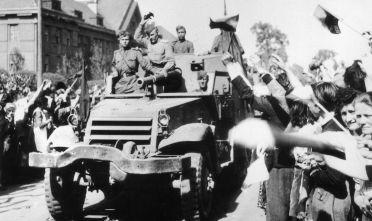 L'Armata Rossa sfila per le strade di Praga dopo la resa tedesca, 9 maggio 1945 (Foto: Keystone/Getty Images).