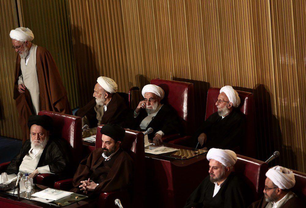 Mohammad Taghi Mesbah-Yazdi, membro dell'Assemblea degli Esperti (destra) insieme a Ahmad Jannati (centro) capo del Consiglio dei Guardiani e, dal 2016, anche dell'Assemblea degli Esperti (Foto: BEHROUZ MEHRI/AFP/Getty Images).
