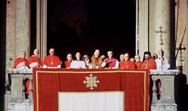 La prima apparizione pubblica di Giovanni Paolo II durante la messa per l'inizio del pontificato, 22 ottobre 1978. Foto di STAFF/AFP/Getty Images