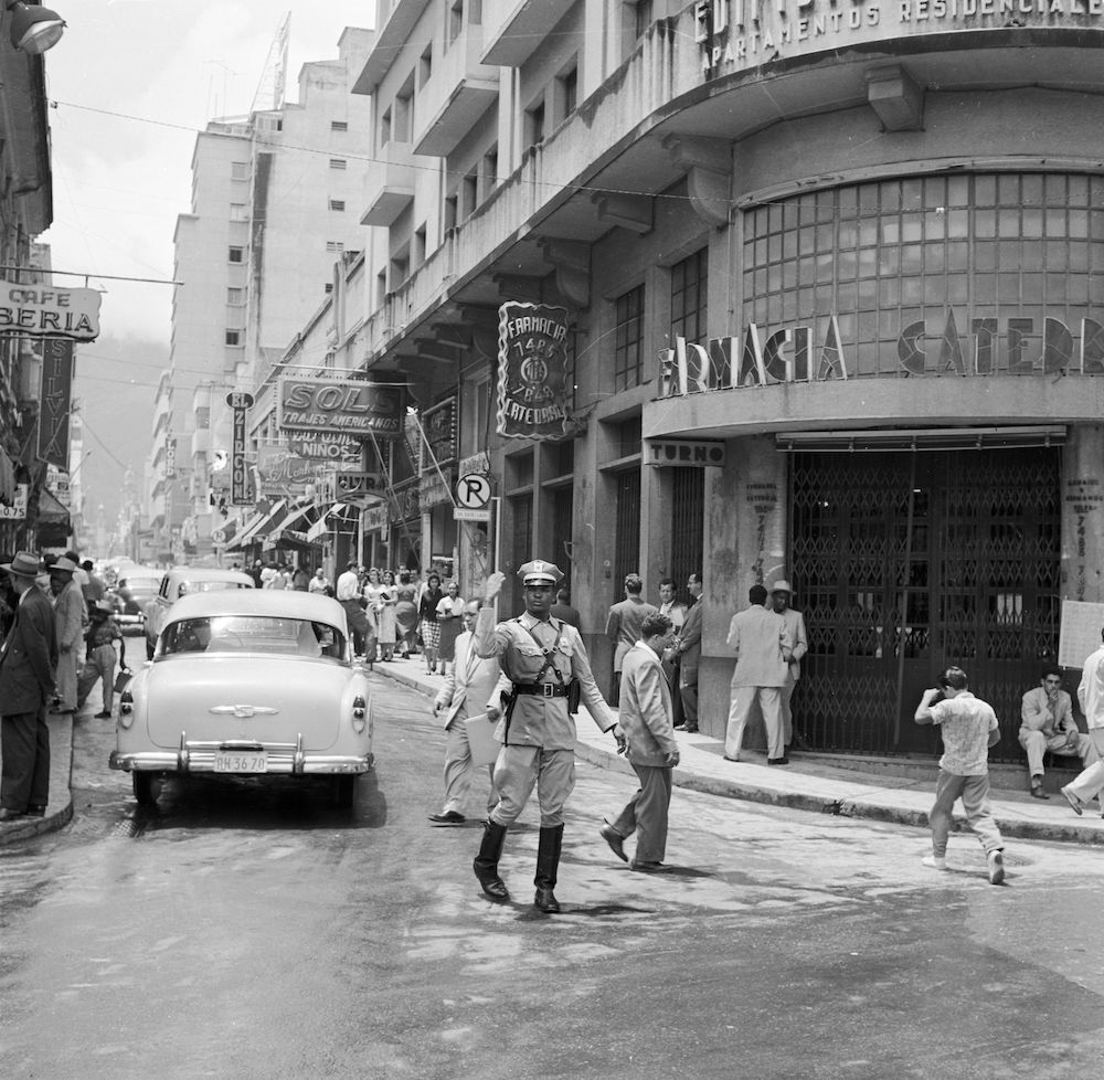 circa 1955:  A policeman directing traffic around a busy corner of central Caracas, Venezuela.  (Photo by Jack Manning/Three Lions/Getty Images)