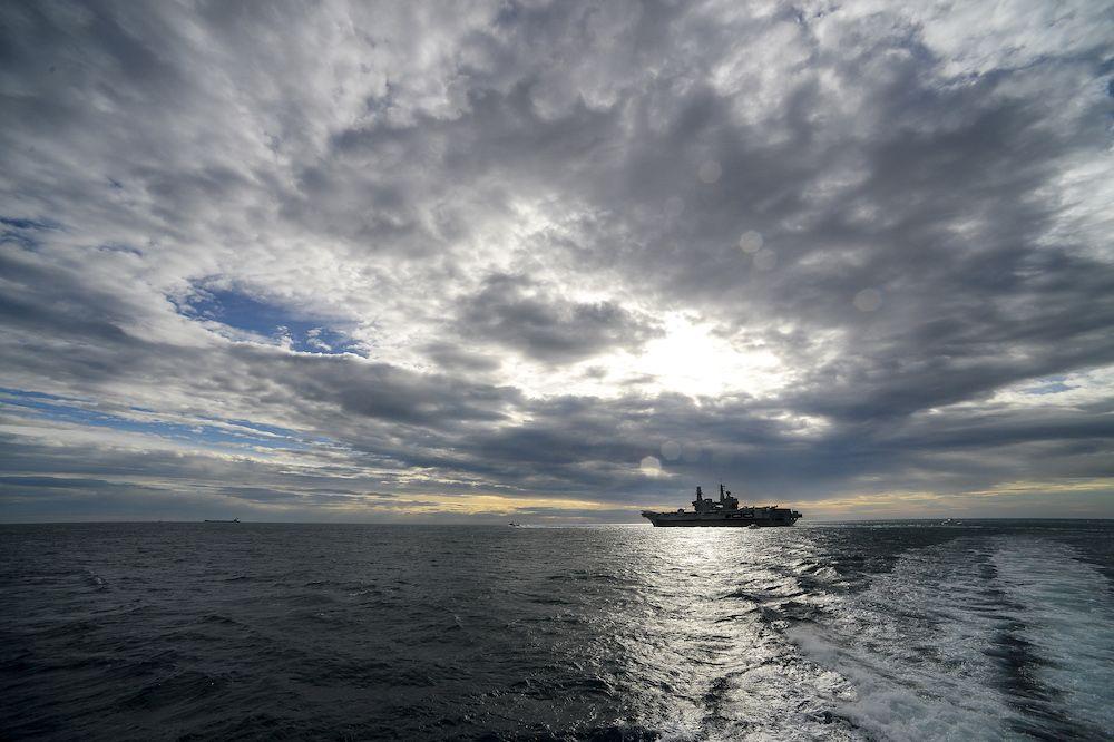 La nave ammiraglia Cavour, portaerei Stovl (Short take-off and vertical landing) nei pressi di Civitavecchia (Foto da: ANDREAS SOLARO/AFP/Getty Images)