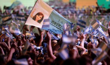 Sostenitori di Cristina Kirchner festeggiano la vittoria di Alberto Fernández alle elezioni presidenziali argentine del 27 ottobre 2019. Foto di ALEJANDRO PAGNI/AFP via Getty Images.