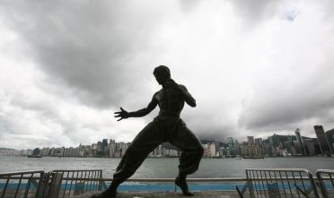 La statua di bronzo di Bruce Lee lungo l'Avenue of Stars June di Hong Kong, (Foto da: China Photos/Getty Images).