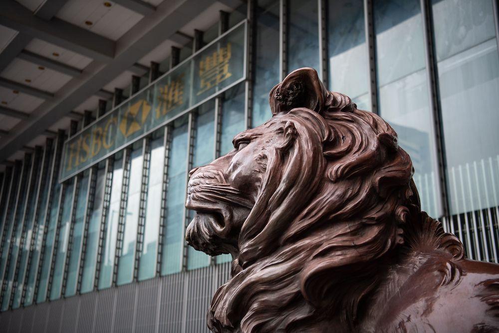 La simbolica statua del leone che sorveglia l'ingresso del quartier generale della HSBC nel Distretto Centrale di Hong Kong: (Foto da: LAUREL CHOR/AFP/Getty Images).