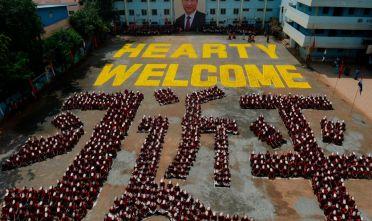 In occasione della visita di Xi Jinping a Chennai (India del sud) degli studenti indiani lo hanno accolto  formando i caratteri caratteri cinesi del suo nome e indossando la maschera con il suo volto (10/10/2019) Foto: ARUN SANKAR/AFP via Getty Images